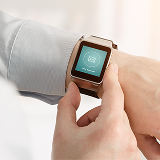 [Translate to English:] Eine Smart Watch als digitaler Helfer - Digitalisierung
